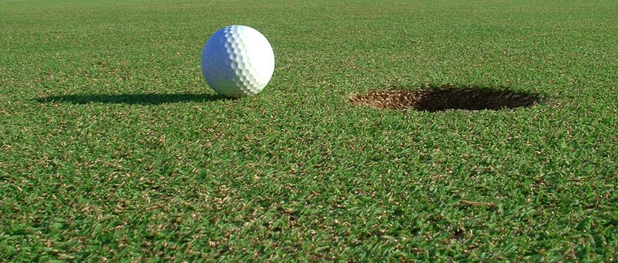 bola de golf que está tan cerca del hoyo que es imposible fallar
