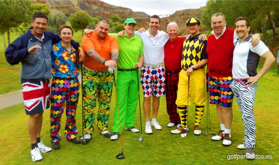 Imagen de un grupo de amigos en el tee del 1 vestidos con colores un tanto