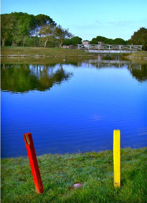 Estacas que indican agua frontal y agua lateral