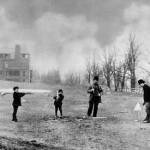 Imagen de la epoca en blanco y nergro de 4 jugadores alrededor de un hoyo en St. Andrews
